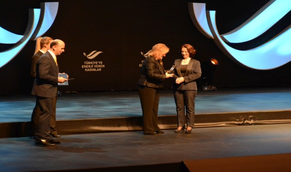 Aksa Doğalgaz Şirket Müdürü'ne 'Türkiye'ye Enerji Veren Kadınlar' Ödülü